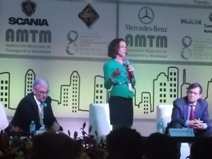 Adriana Lobo acompañada de Luis Enrique Moreno y Ángel Molinero.