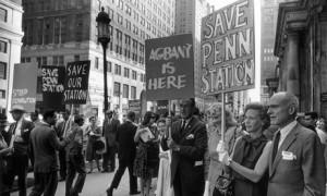 Jane Jacobs (de lentes entre los anuncios) en la manifestación por el Manhattan Expressway.