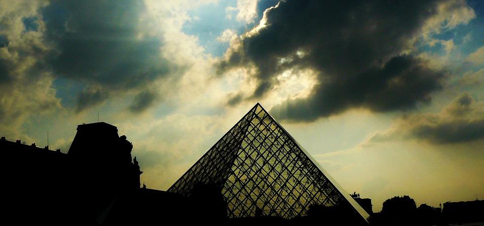 27 años del emblema Louvre