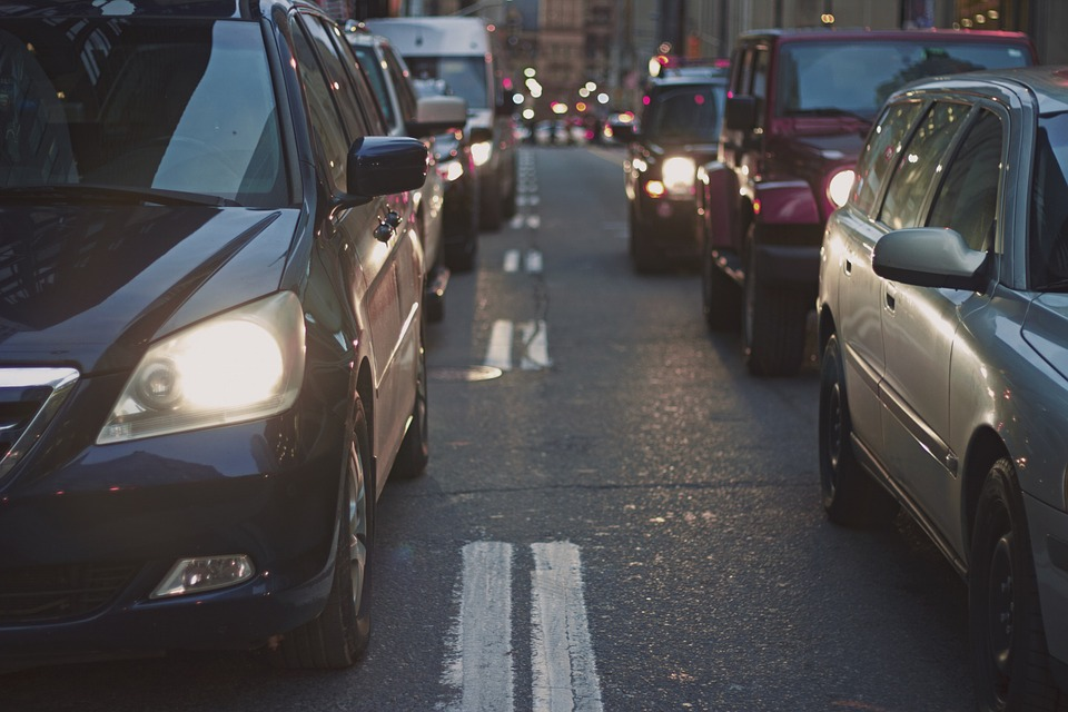 Sufren capitalinos hora extra de tráfico