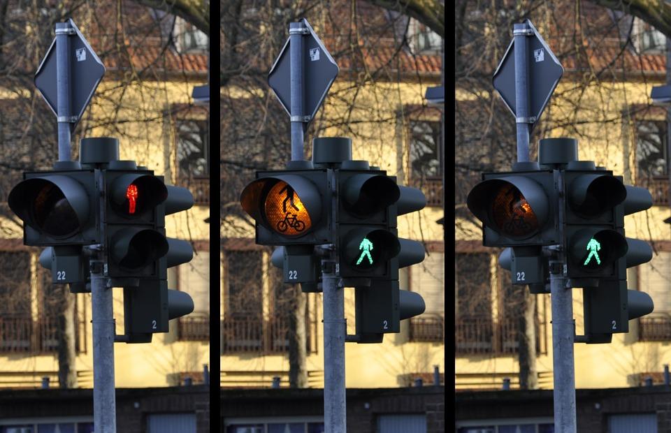 Son peatones distraídos un riesgo en la vía pública