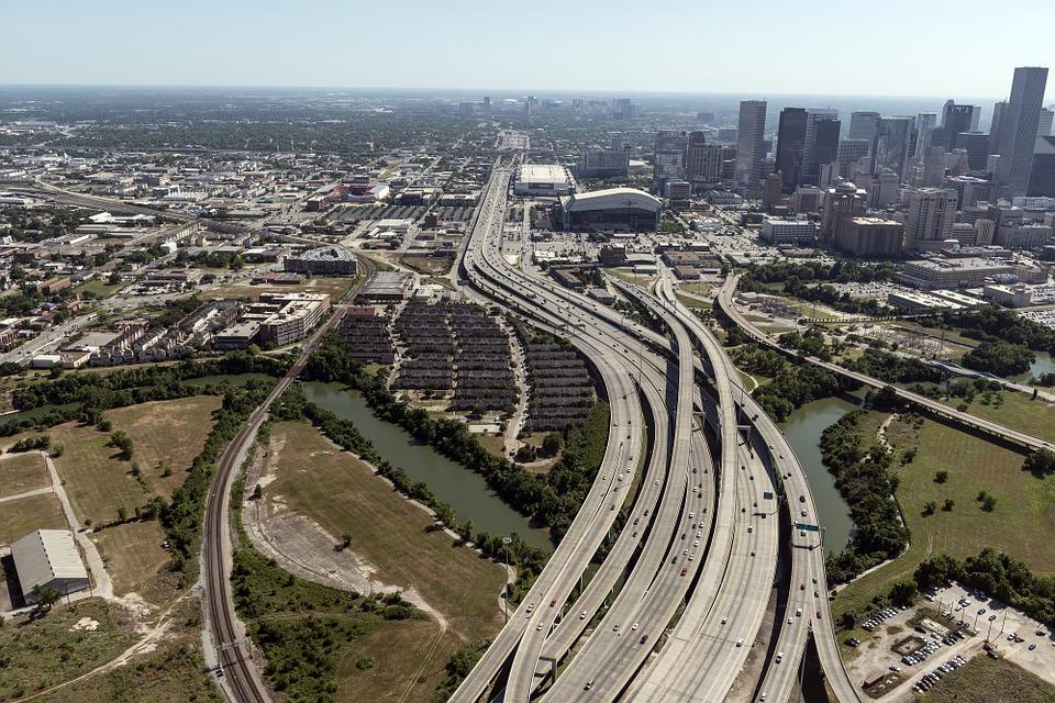 Rebasan autos la infraestructura urbana en Houston