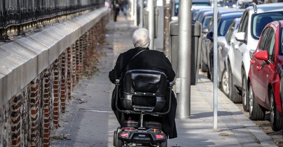 Las ciudades podrían ser enemigas del adulto mayor