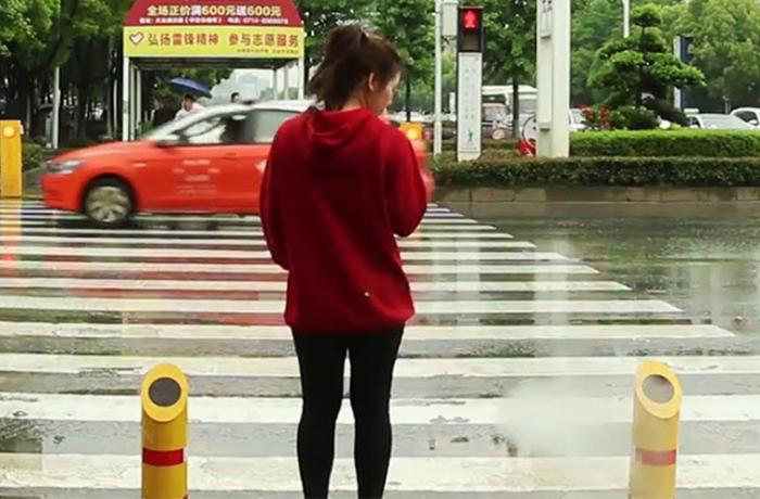 China rocía agua para evitar accidentes de tránsito
