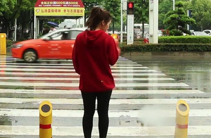 china_rocIa_agua_para_evitar_accidentes_de_transito