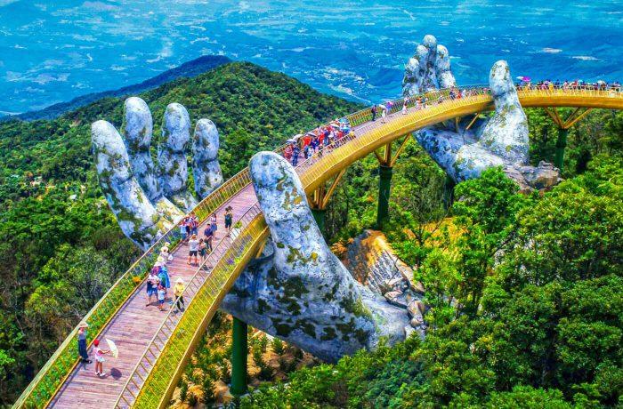 Manos gigantes de los dioses en las montañas de Vietnam