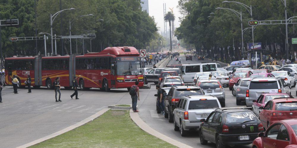 MÉXICO, D.F., 11JUNIO2015.- Continua la fase de precontingencia ambiental en la Ciudad de México debido a la mala calidad  del aire. La Comisión Ambiental de la Megalópolis (Came), recomienda no realizar actividades fisicas al aire libre y de lo posible no utilizar el automovil. En la imagen miles de consuctores esperan sobre paseo de la reforma ante el paso de la marcha de integrantes de la CNTE. FOTO: SAÚL LÓPEZ /CUARTOSCURO.COM