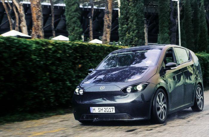 La empresa automotriz Sono Motors, diseña vehículos solares que se cargan mientras conduces